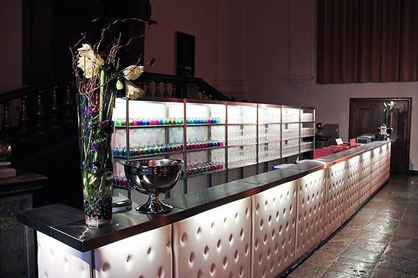 Mietmöbel von Eventwide Tirol - stylische Bar in weiß